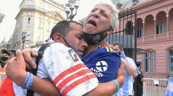 Μαραντόνα: Οπαδοί της Μπόκα και της Ρίβερ κλαίνε αγκαλιασμένοι για τον Ντιέγκο