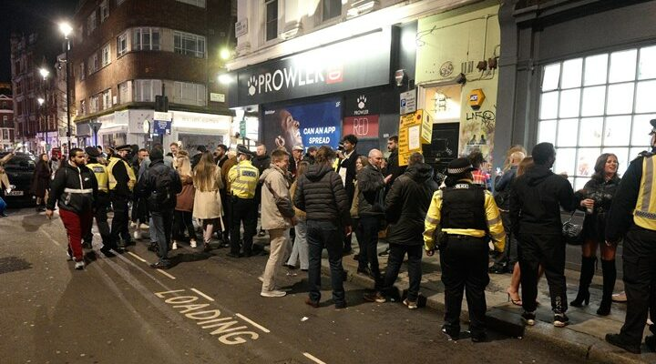 Λονδίνο: Γέμισαν παμπ και εστιατόρια το τελευταίο βράδυ πριν το νέο lockdown