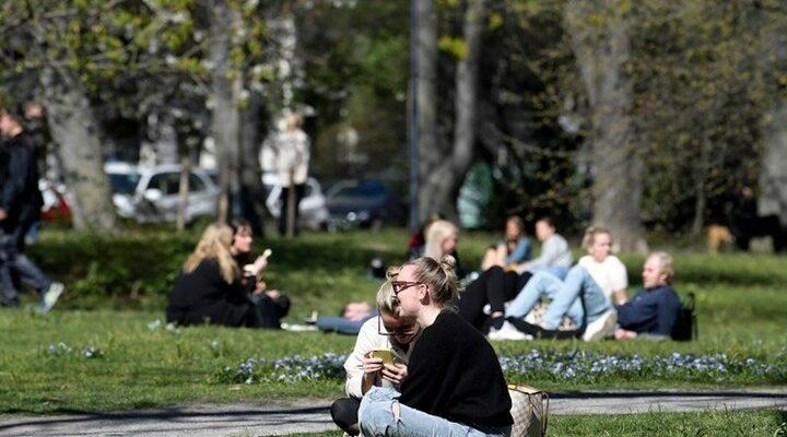 Σουηδία: Νέα περιοριστικά μέτρα και σύσταση για χρήση μάσκας στα ΜΜΜ