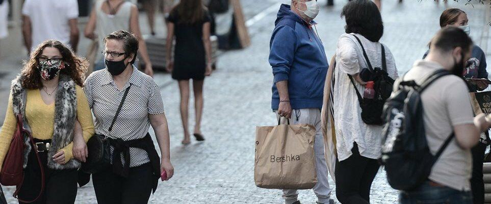 Βρετανός επιδημιολόγος: Θα φοράμε για χρόνια μάσκες, ο πόλεμος δεν τελείωσε